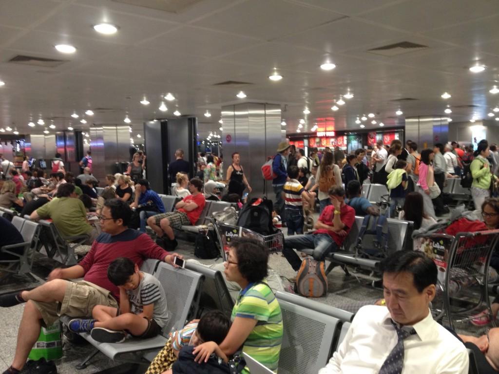 Il delirio in aeroporto